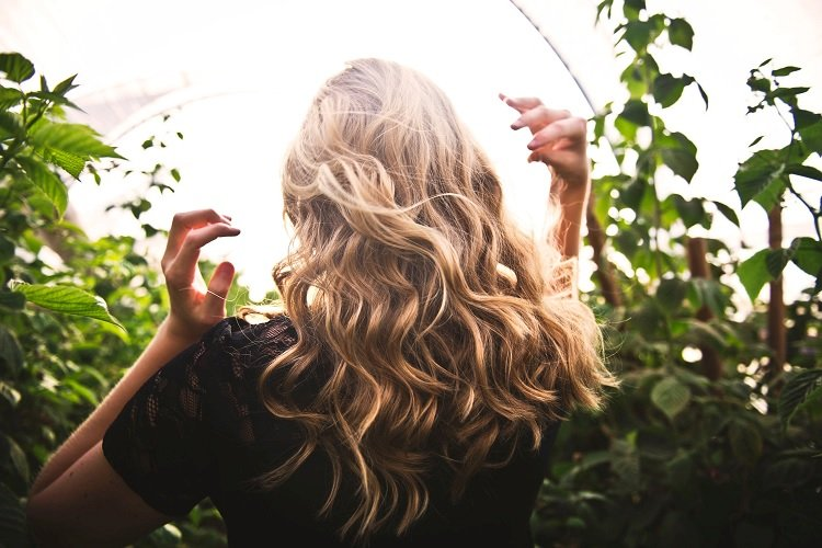 hair-extensions-blond-woman
